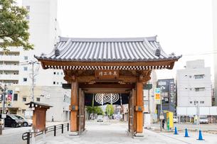 承天寺通りから望む博多千年門の写真素材 [FYI02674575]