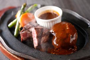 ステーキとハンバーグの鉄板焼きの写真素材 [FYI02674673]