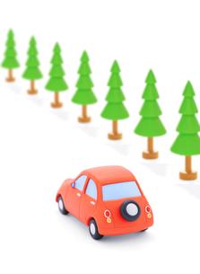 赤い粘土の車と街路樹の写真素材 [FYI02674676]