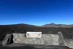 溶岩原とベルナップ・クレーターとマウント・ワシントンの写真素材 [FYI02674693]
