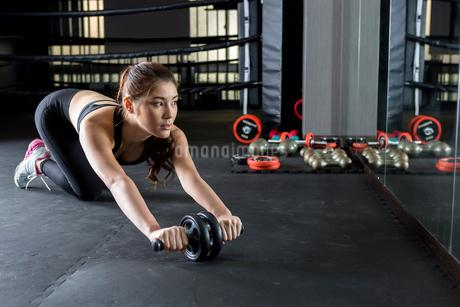 ジムでトレーニングをする女性の写真素材 [FYI02674733]