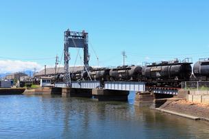 貨物列車通過中の末広橋梁の写真素材 [FYI02674740]