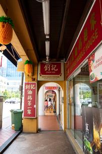 歩道と一体化したチャイナタウンの路面店の写真素材 [FYI02674821]