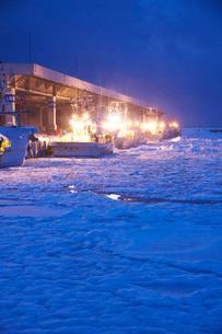 羅臼港のスケソウ船と朝の流氷の写真素材 [FYI02674824]