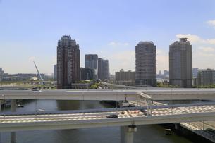 首都高速道路とお台場の街並の写真素材 [FYI02674853]