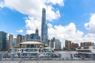 上海、超高層ビルと遊覧船の写真素材 [FYI02674929]