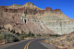 ジョン・デイ化石層国定公園のカテドラル・ロックの写真素材 [FYI02674963]