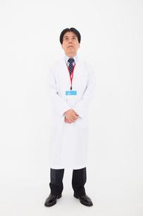 白衣の男性の写真素材 [FYI02675007]