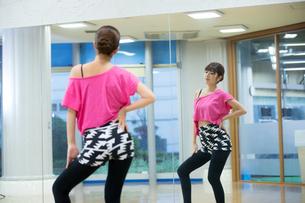 スタジオでダンス練習する女性の写真素材 [FYI02675037]