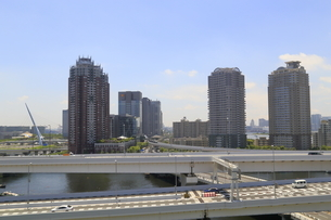首都高速道路とお台場の街並の写真素材 [FYI02675059]