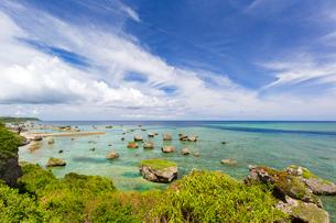 東平安名崎、海岸の巨石群の写真素材 [FYI02675072]