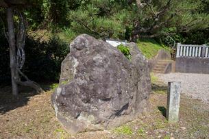 田川、貝化石地帯の大岩の写真素材 [FYI02675083]