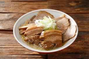 豚角煮チャーシュー麺の写真素材 [FYI02675124]