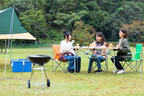 キャンプ場で団欒する女性の写真素材 [FYI02675187]
