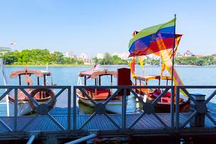 プトラ湖クルーズの船着き場の写真素材 [FYI02675189]
