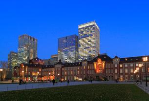 東京駅丸の内駅前広場の写真素材 [FYI02675246]