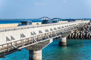 走行中の車を見る伊良部大橋風景の写真素材 [FYI02675308]