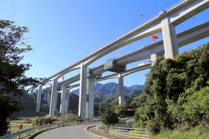 建設工事中の新名神高速道路安楽川橋の写真素材 [FYI02675315]