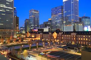 東京駅丸の内駅前広場の写真素材 [FYI02675335]