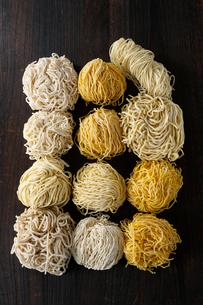 上から見た札幌ラーメンの色々な麺 黒い色の背景の写真素材 [FYI02675350]