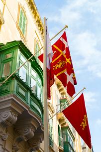 張り出し窓とヴァレッタの旗の写真素材 [FYI02675374]