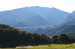 坂本棚田から望む新名神高速道路の写真素材 [FYI02675418]