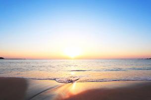 浜辺の小川に朝日の写真素材 [FYI02675442]