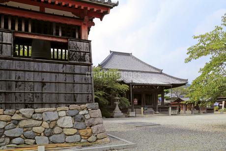 関地蔵院の本堂と鐘楼の写真素材 [FYI02675475]
