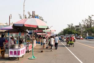 旗津のメインロード廟前路の写真素材 [FYI02675486]