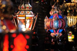 マラケシュ スークの店頭に並ぶモロカンランプの写真素材 [FYI02675617]