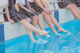 プールに足をつける女子中学生の写真素材 [FYI02675622]