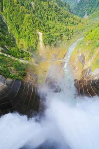 黒部ダム観光放水の写真素材 [FYI02675623]