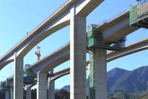 建設工事中の新名神高速道路安楽川橋の写真素材 [FYI02675656]