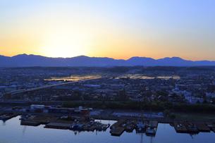 四日市港ポートビルから見る鈴鹿山脈の山並みの写真素材 [FYI02675667]
