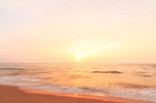 夕日と浜辺によせる波の写真素材 [FYI02675672]