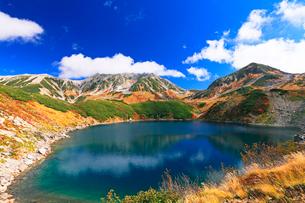 秋の室堂平・ミクリガ池と紅葉の立山連峰雄山の写真素材 [FYI02675690]