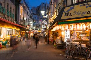 赤羽駅周辺の夕景の写真素材 [FYI02675837]