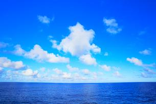 海と空に雲の写真素材 [FYI02675852]