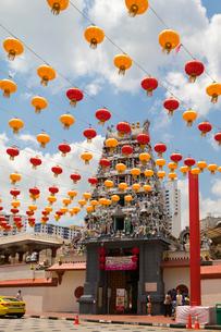 春節の提灯とスリ・マリアマン寺院の写真素材 [FYI02675908]