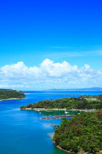 屋我地島と古宇利島の写真素材 [FYI02675915]