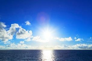 海と空に太陽の写真素材 [FYI02675929]