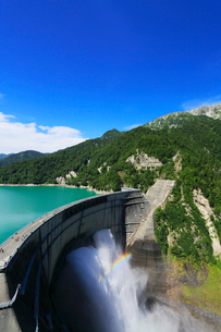 立山連峰と黒部ダム観光放水の写真素材 [FYI02675949]
