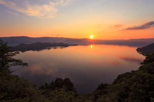 十和田湖と夕日の写真素材 [FYI02675998]