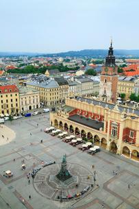 クラクフの中央広場 織物会館と旧市庁舎の塔の写真素材 [FYI02676018]