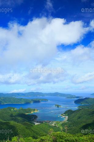 奄美大島 高知山展望台より望む大島海峡と加計呂麻島の写真素材 [FYI02676031]