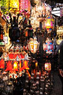 マラケシュ スークの店頭に並ぶモロカンランプの写真素材 [FYI02676035]