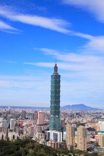 象山から望む台北101と台北市街の写真素材 [FYI02676040]