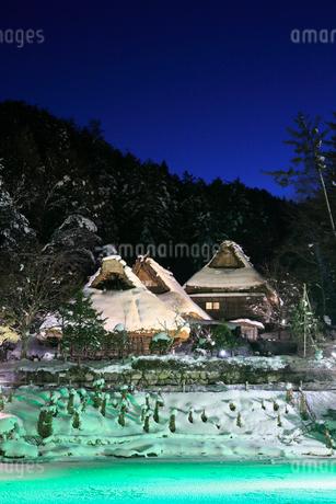 雪景色の飛騨の里 ライトアップ夜景の写真素材 [FYI02676061]