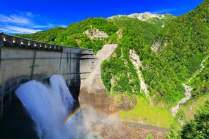 夏の立山 黒部ダム観光放水と虹の写真素材 [FYI02676080]