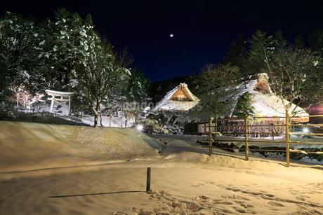 雪景色の飛騨の里 ライトアップ夜景の写真素材 [FYI02676094]